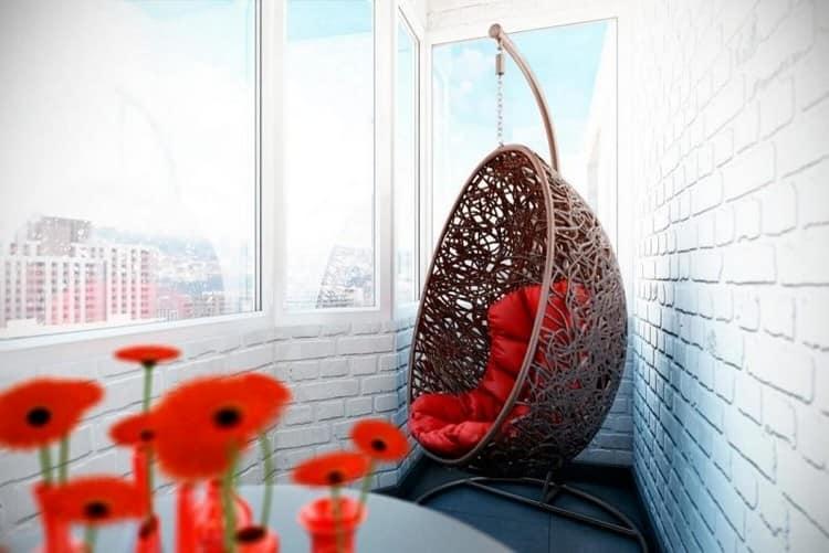 Кресло из ротанга прекрасно разместится даже на балконе