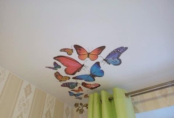Бабочки хорошо смотрятся на потолке