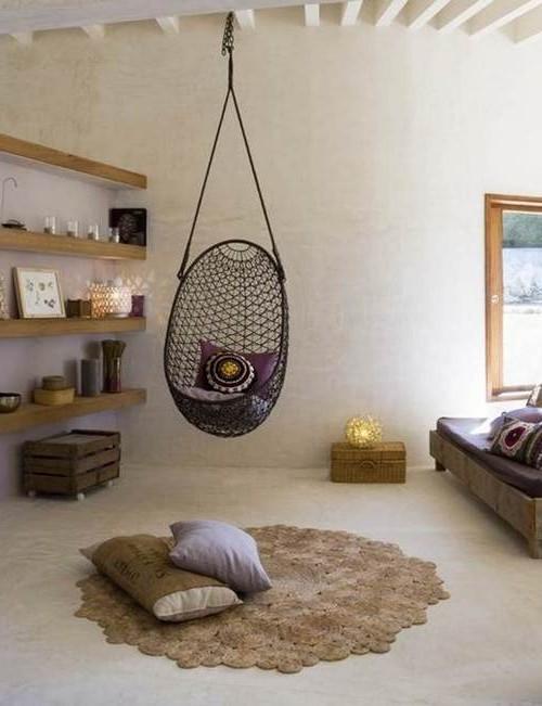 Кресло-шар на цепочке может быть выполнено из разных материалов