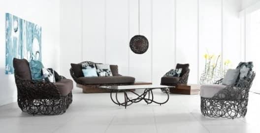 Пример сочетания сдержанности и простоты комнаты с витиеватыми элементами мебели