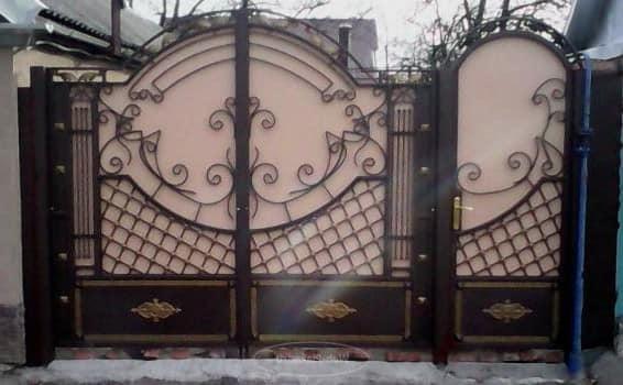 Декоративная ковка придает воротам уникальный вид