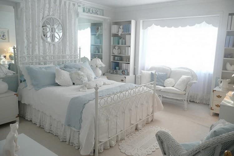 Нежность такой спальни подчеркивается воздушными узорами изголовья