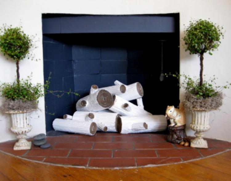 Напольные вазы в оформлении каминной зоны