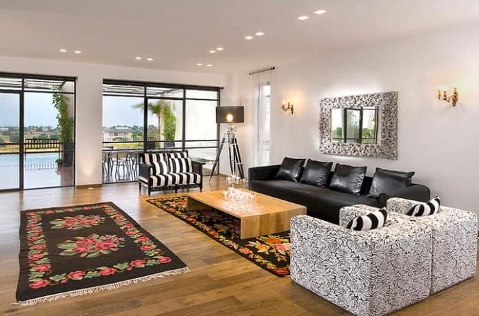 Черный дивана на фото интерьера гостиной