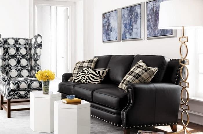 Фото черного дивана в светлой гостиной