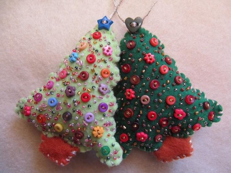Маленькие елки из ткани и пуговиц