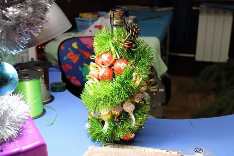 Декор бутылки шампанского в виде праздничной елки