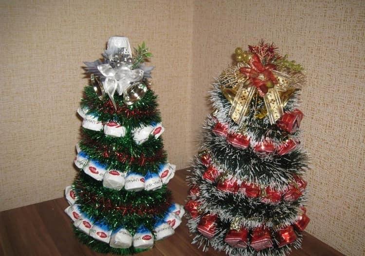Идея для подарка: елка из конфет и мишуры