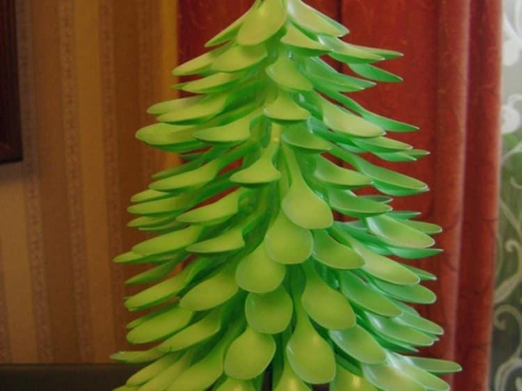 Необычная елка из пластиковых ложек