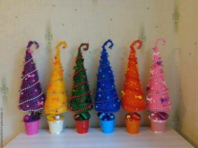 Разноцветные елочки из пряжи своими руками