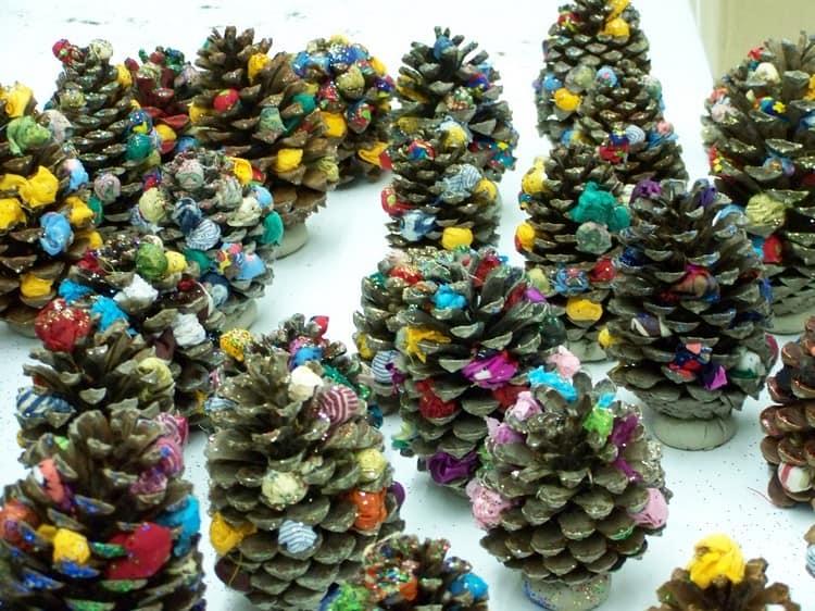 Новогодняя поделка с детьми: елка из шишек и шариков из ткани или пряжи