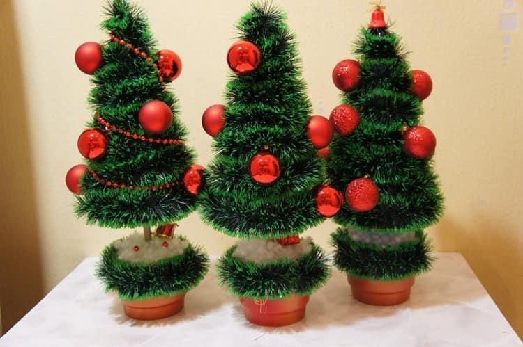 Нарядные самодельные елки из мишуры и шариков