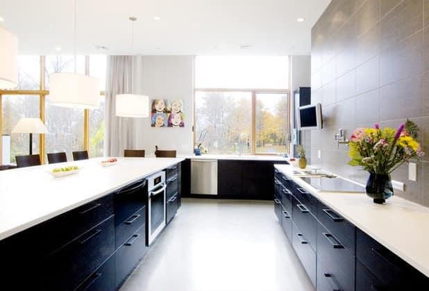 Черная мебель в кухне смотрится шикарно