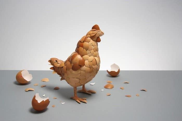 Скульптура: петух из скорлупок от яиц
