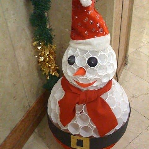 Объемный снеговик своими руками из пластиковых стаканчиков