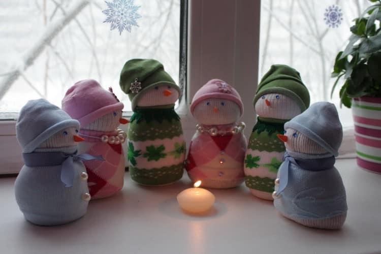 Забавные снеговички из носков украсят ваш подоконник на Новый год