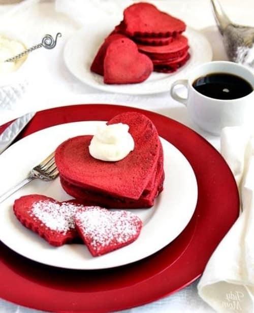 Алые печенья - сердечки, посыпанные сахарной пудрой - для завтрака на 14 февраля