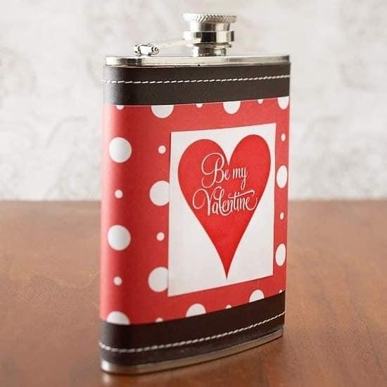 Фляжка - еще одна идея для подарка, который можно подарить ему на 14 февраля