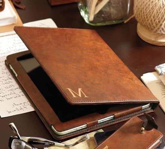 Кожаный чехол для планшета с монограммой его имени - оригинальный подарок