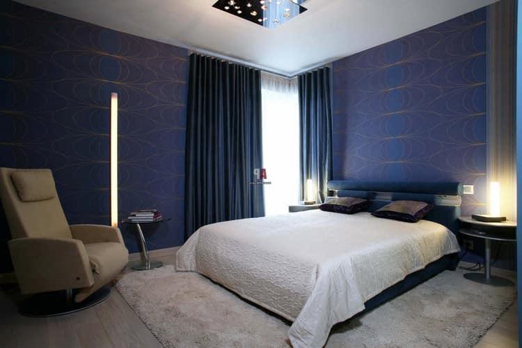 Комната с синими обоями