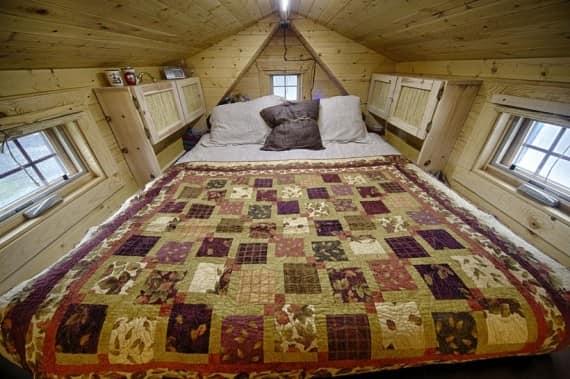 пример уютной спальнив интерьере небольшого дома