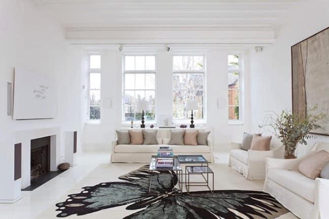 Белый интерьер зала в частном доме