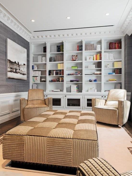 Коричневая мебель в гостиной серого цвета