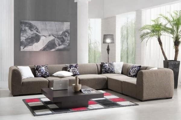 Коричневый и серый цвет в гостиной с добавлением розового и зеленого