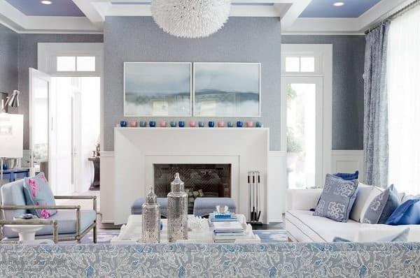 Разные оттенки синего в качестве акцентов для светло-серой гостиной