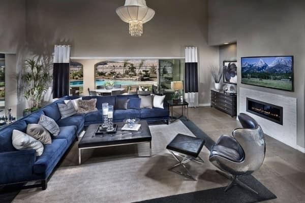 Синий диван насыщенного цвета в дизайне темно-серой гостиной