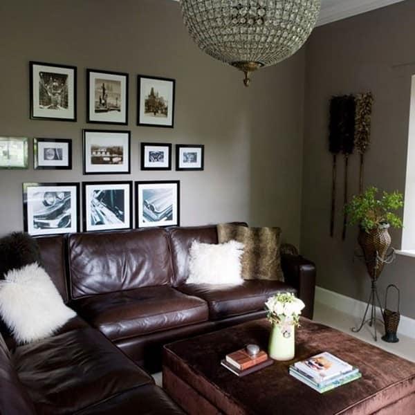Коричневый кожаный диван в дизайне серой гостиной