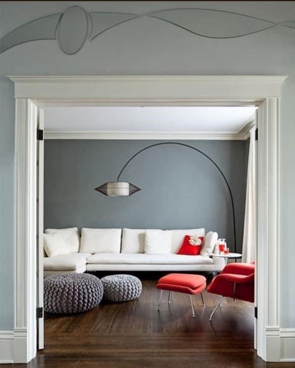 Разбавляем серые оттенки ярким красным цветом в гостиной