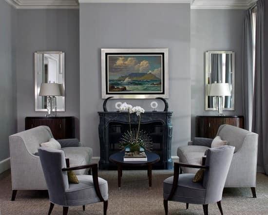 Гостиная в сером цвете с двумя креслами и камином