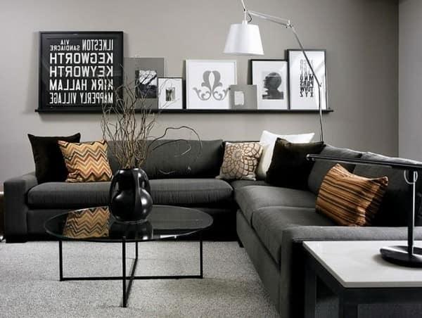 Светлые стены, темные диван и коричневые акценты в интерьере гостиной