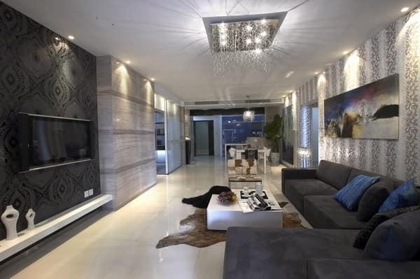 Угловой серый диван в дизайне стильной большой гостиной