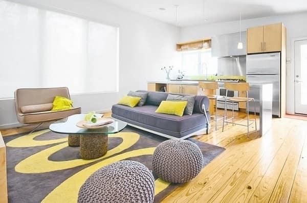 Серый, желтый и оттенки натурального дерева в современном дизайне гостиной