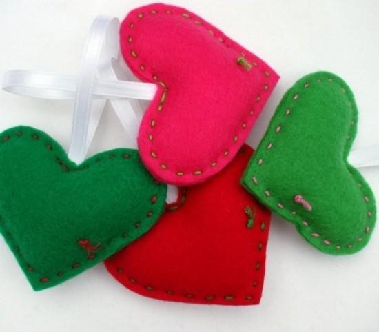 Красные, розовые и зеленые сердечки из фетра - идея для подарка и декора на 14 февраля