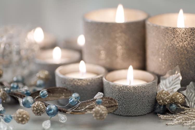 Композиция из свечей в интерьере дома