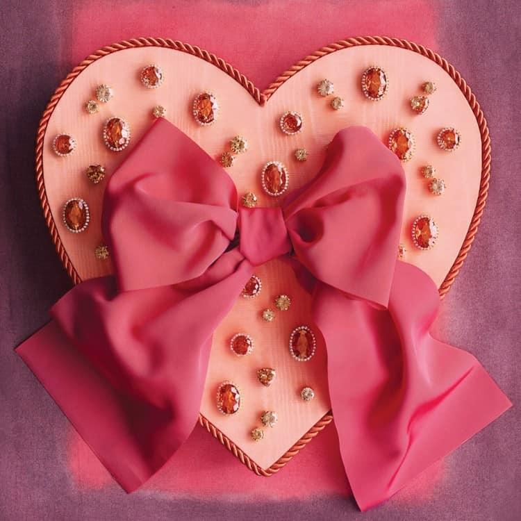 Изящная валентинка с бантом и декором из бусин