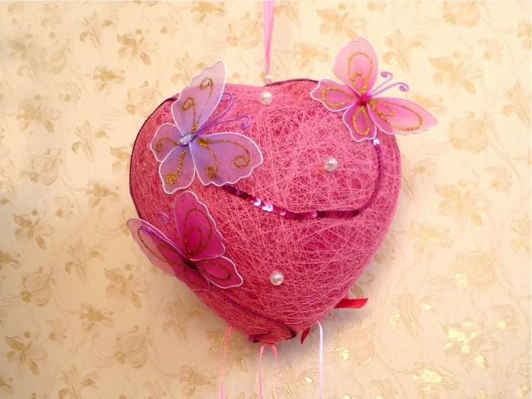 Объемная валентинка из ниток и бабочек