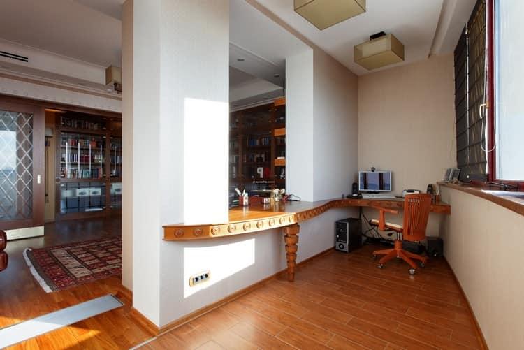 Просторная рабочая зона на балконе, объединенном с комнатой