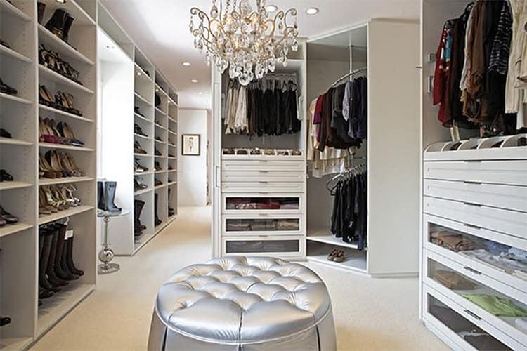 Мягкий большой пуфик в гардеробной комнате дизайн интерьеров.