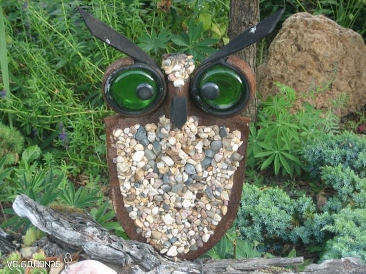 Садовая фигурка из разных подручных материалов