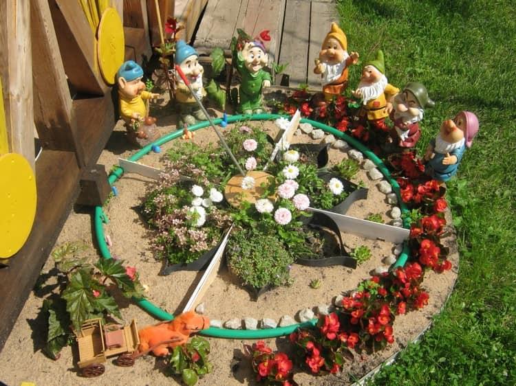 Декор дачи из садовых гномиков