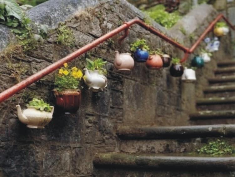 Подвесные кашпо из старых чайников - очень красивая идея