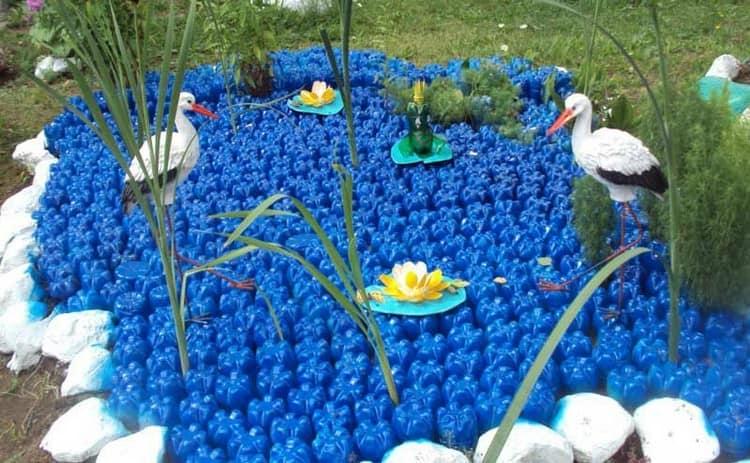 Пруд с лебедями из пластиковых бутылок