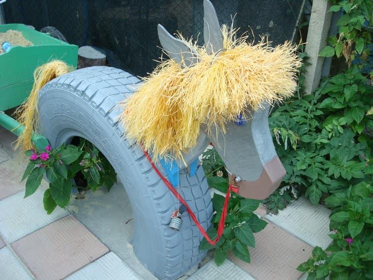 Забавный ослик из покрышек, дерева и ниток