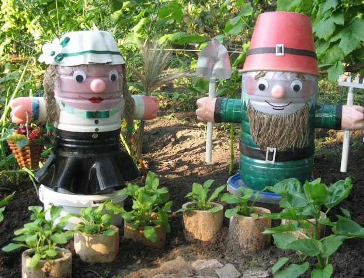 Садовые гномики из обычных пластиковых бутылок