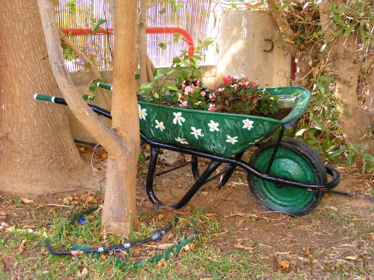 Используем старую тачку или тележку для декора сада