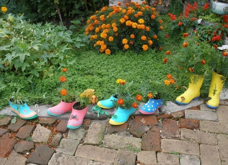 Яркая старая обувь легко превращается в оригинальную клумбу